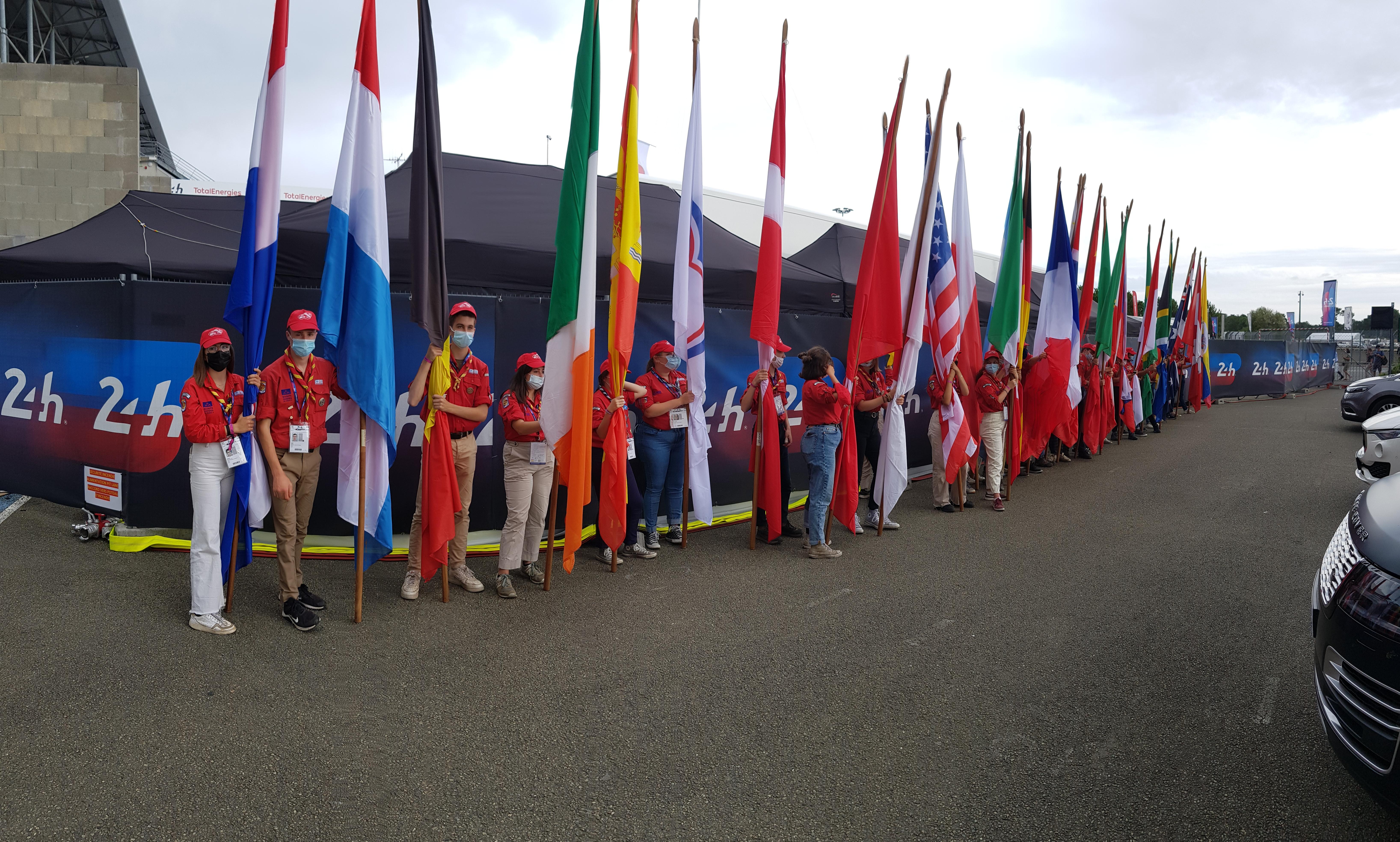 Les Drapeaux portés par les Scouts [1]