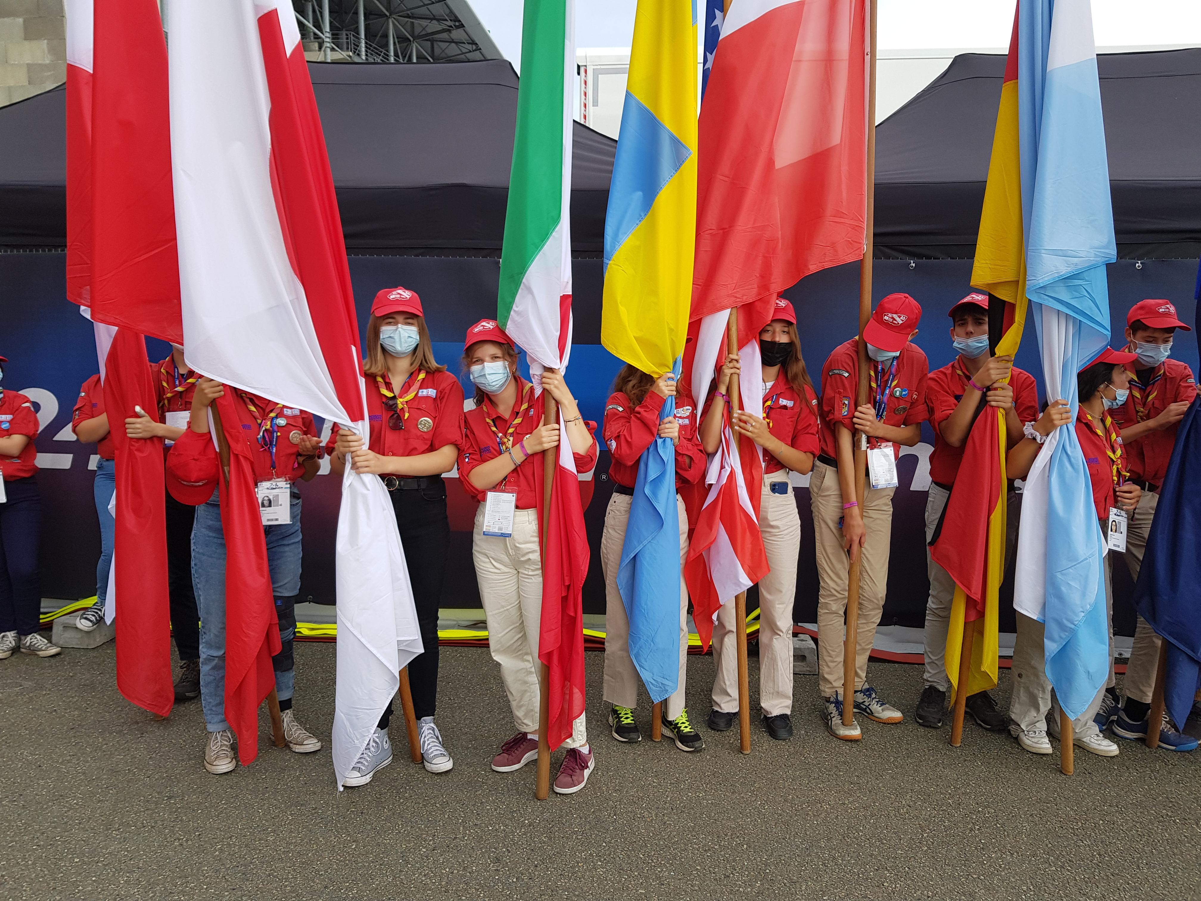 Les Drapeaux portés par les Scouts [2]